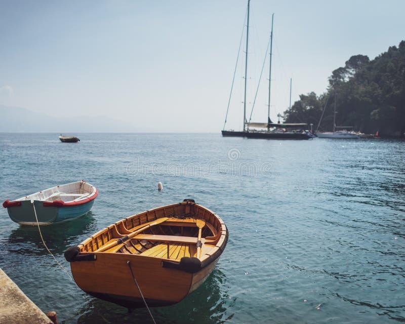 在小小游艇船坞停泊的两木渔船 免版税库存图片