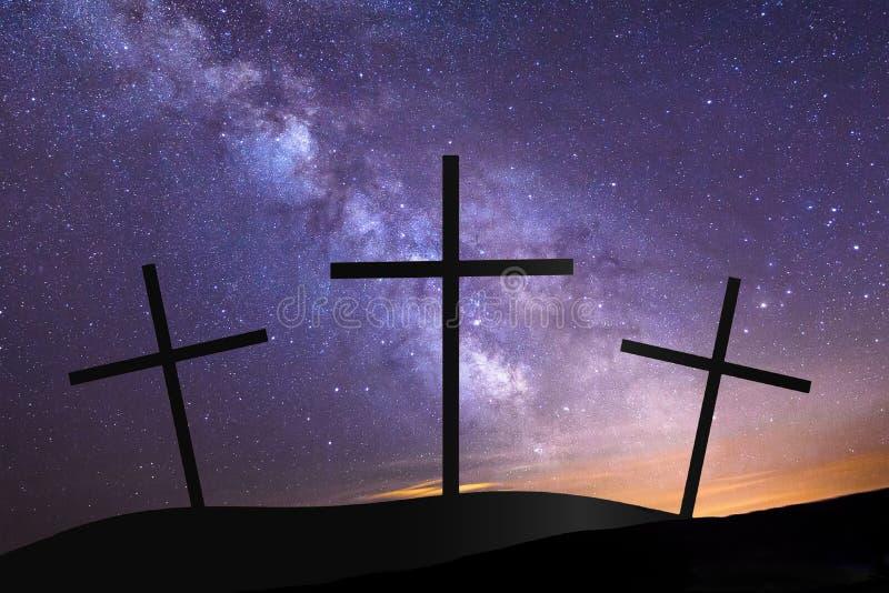 在小山上面的三个十字架与银河在背景中 免版税库存照片