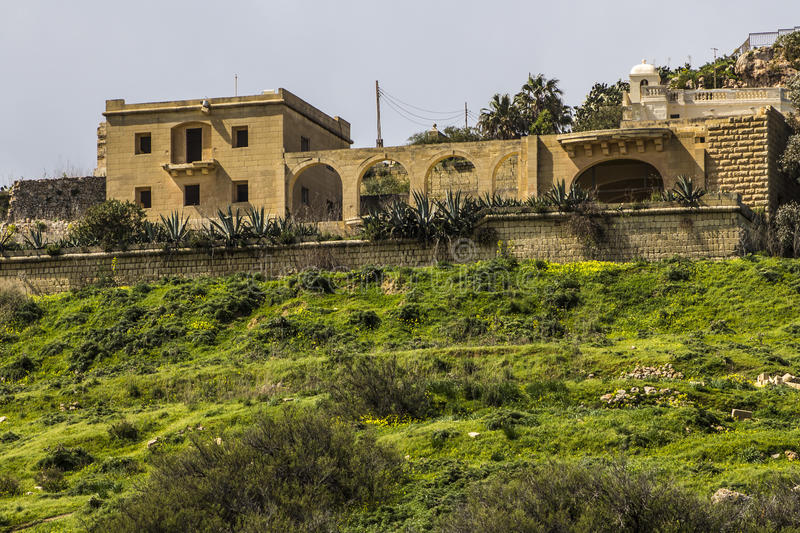 在小山上面的别墅在戈佐岛 库存照片
