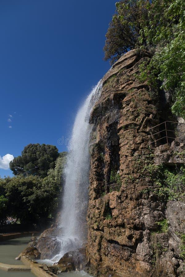 在小山上面的好的城市法国瀑布 图库摄影