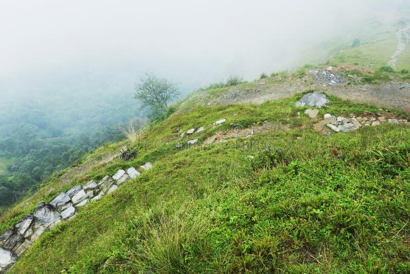 在小山下的石小径 库存照片
