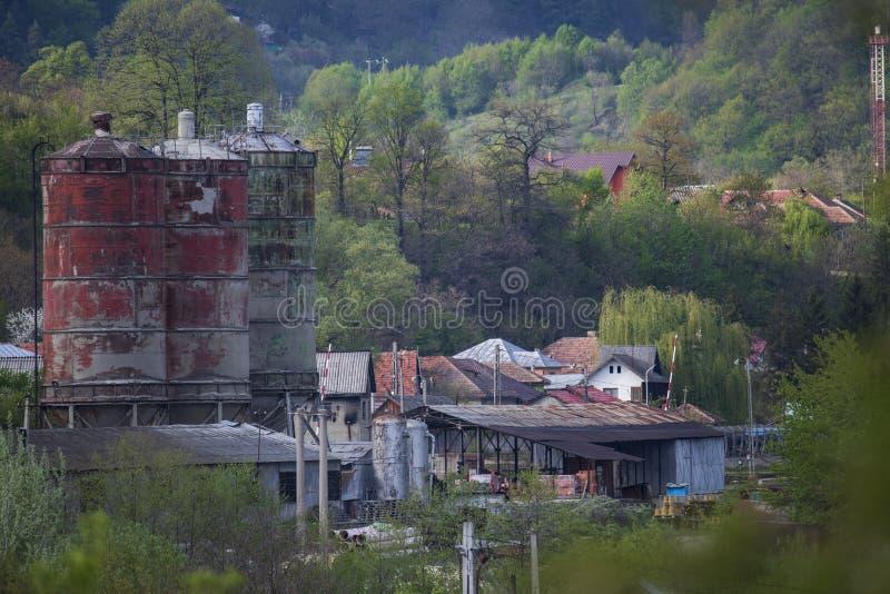 在小山中间的被放弃的老储存箱 免版税图库摄影