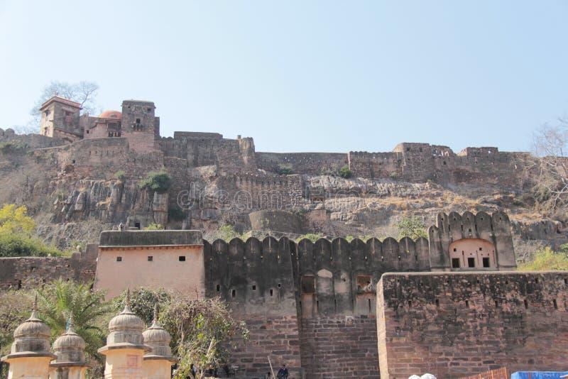 在小山位于的Ranthambore堡垒 免版税图库摄影