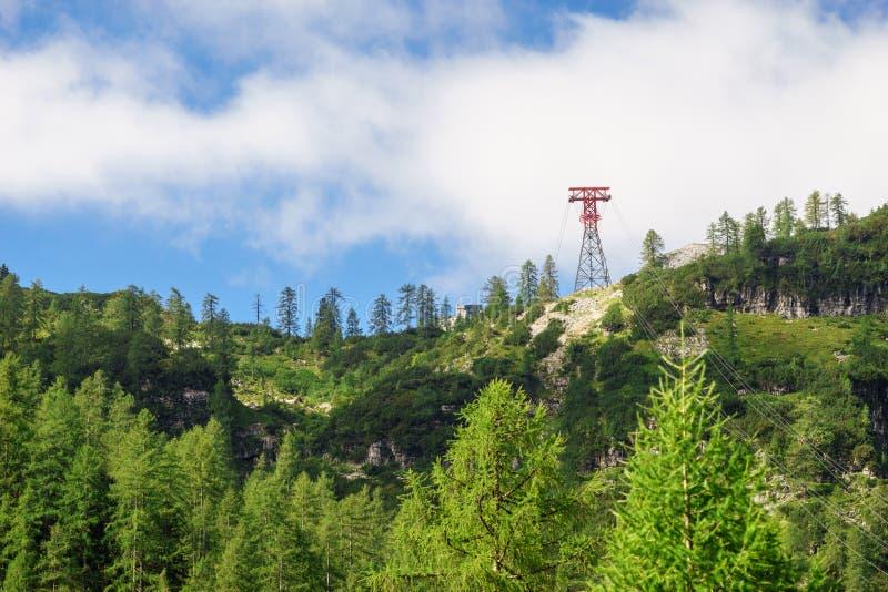在小山倾斜的缆车塔 免版税库存照片