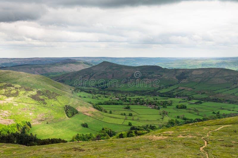 在小山在Edale附近,高峰区国家公园,英国的看法 库存照片