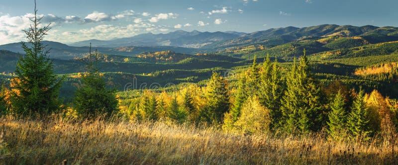 在小山山的秋天晴朗的风景 库存图片