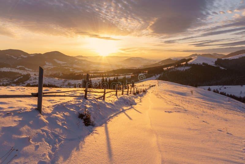 在小山山风景的冬天日出 免版税库存图片
