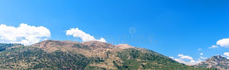 在小山希腊的风轮机 免版税图库摄影