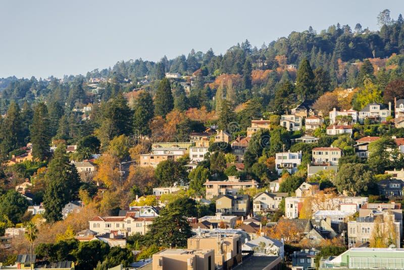 在小山建立的住宅邻里鸟瞰图在一晴朗的秋天天 免版税图库摄影