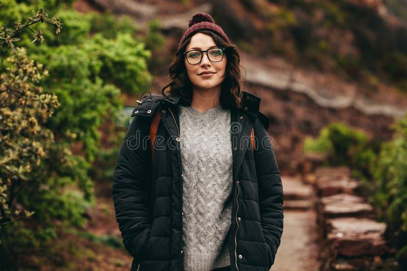 在小山步的女性旅游身分 库存照片