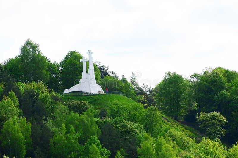 在小山的三个十字架在维尔纽斯 免版税图库摄影