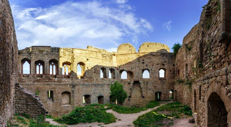 在小山的上面的庄严中世纪城堡废墟 库存照片