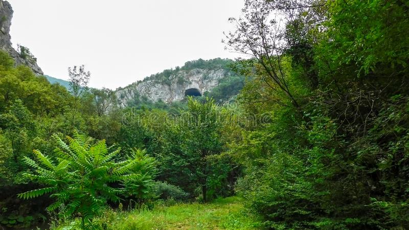在小山的上面的神奇洞 库存照片