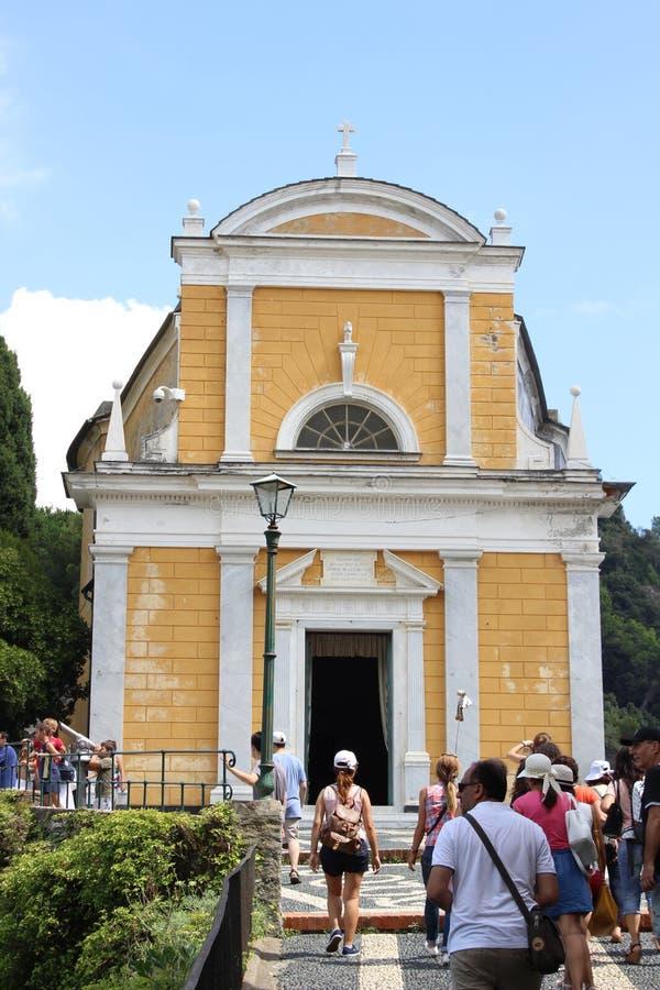 在小山的上面的老基督教会在菲诺港,意大利 库存照片