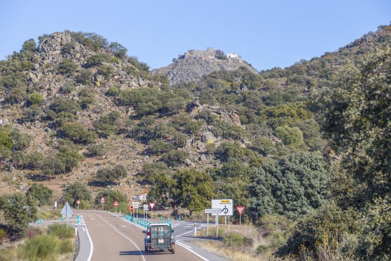 在小山的上面的蒙坦切斯城堡,卡塞里斯,西班牙 免版税库存照片