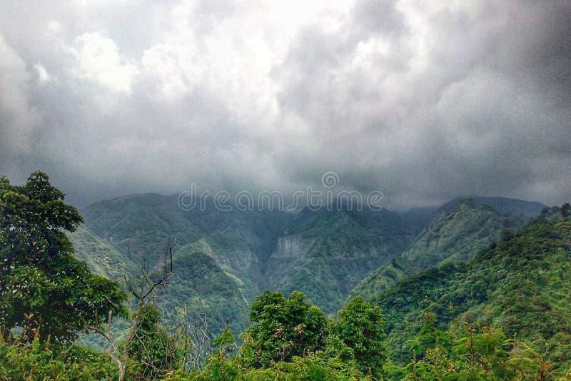 在小山的云彩 免版税库存照片