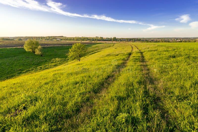 在小山的农村路 图库摄影