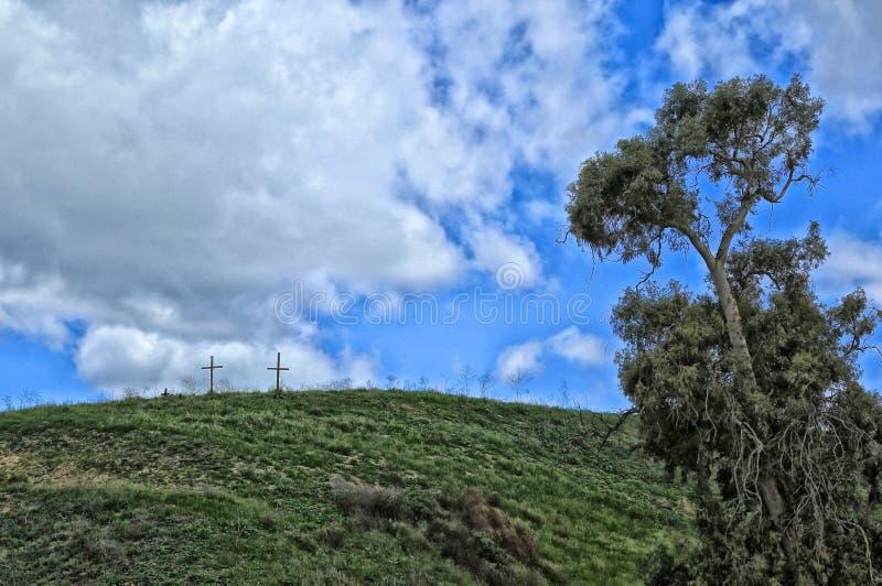 在小山的十字架 库存照片