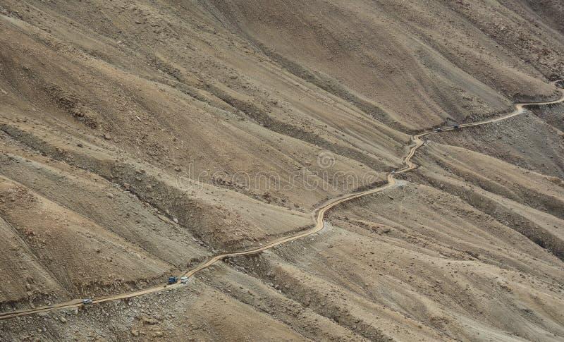 在小山的山路在张La通行证,印度 免版税库存图片