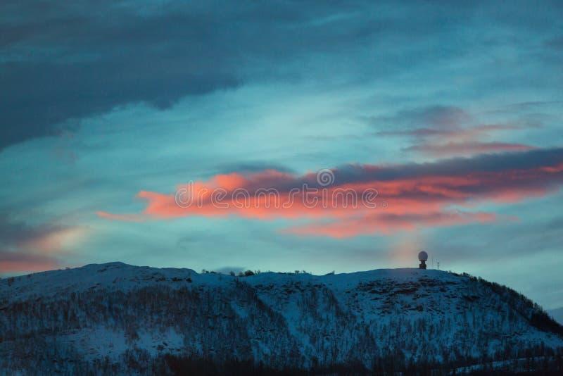 在小山的日出在冬天 库存照片