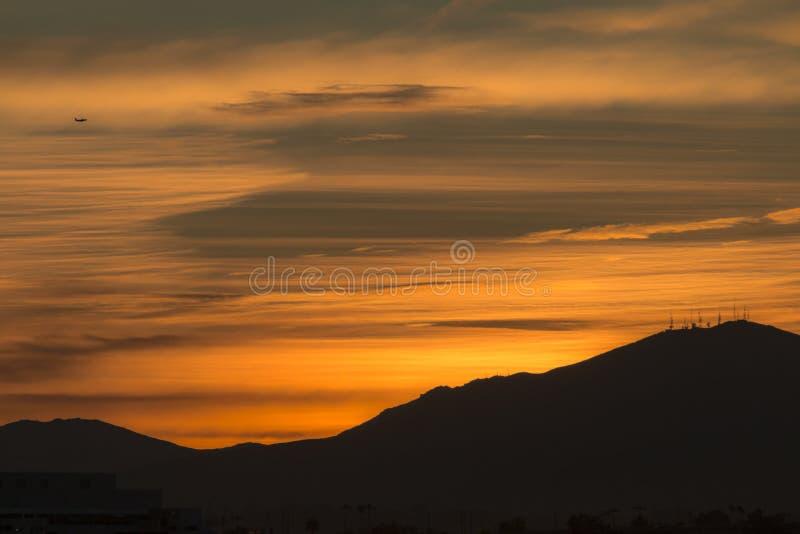 在小山的日出-风景 库存图片