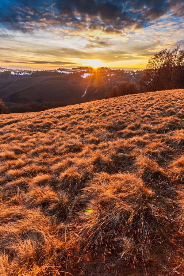 在小山的日落 库存图片