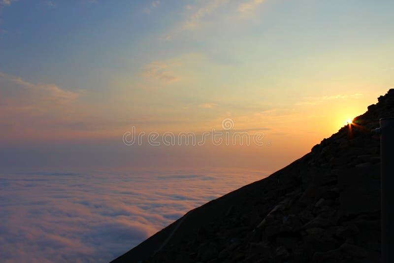 在小山的有雾的日出 免版税库存照片