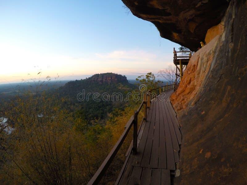 在小山的木桥梁 免版税图库摄影