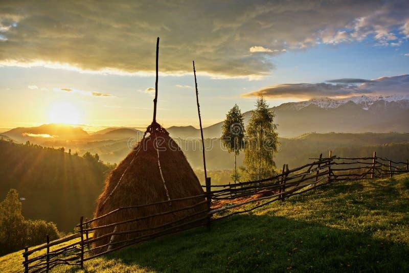 在小山的特兰西瓦尼亚罗马尼亚日出风景在麸皮Pestera 免版税库存照片