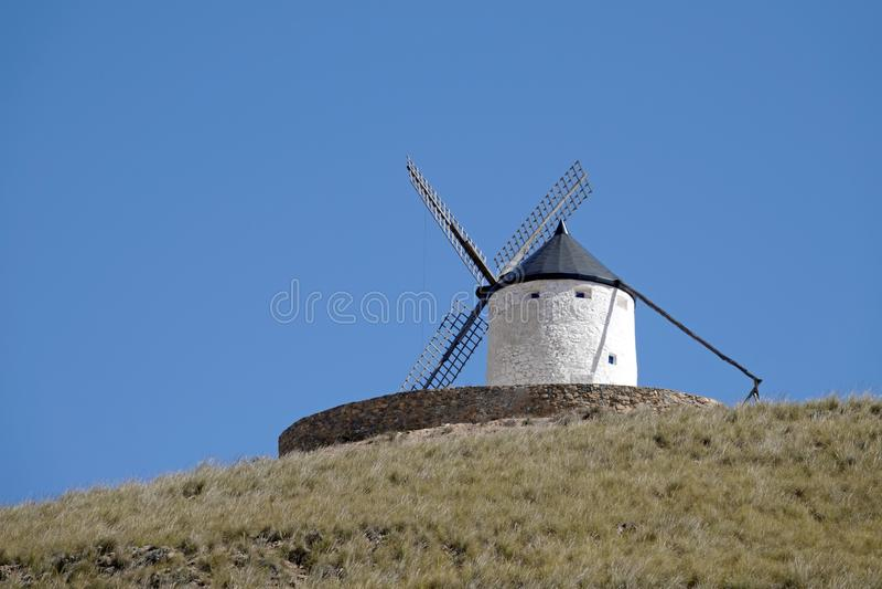 在小山的白色风车在孔苏埃格拉,西班牙 免版税库存照片