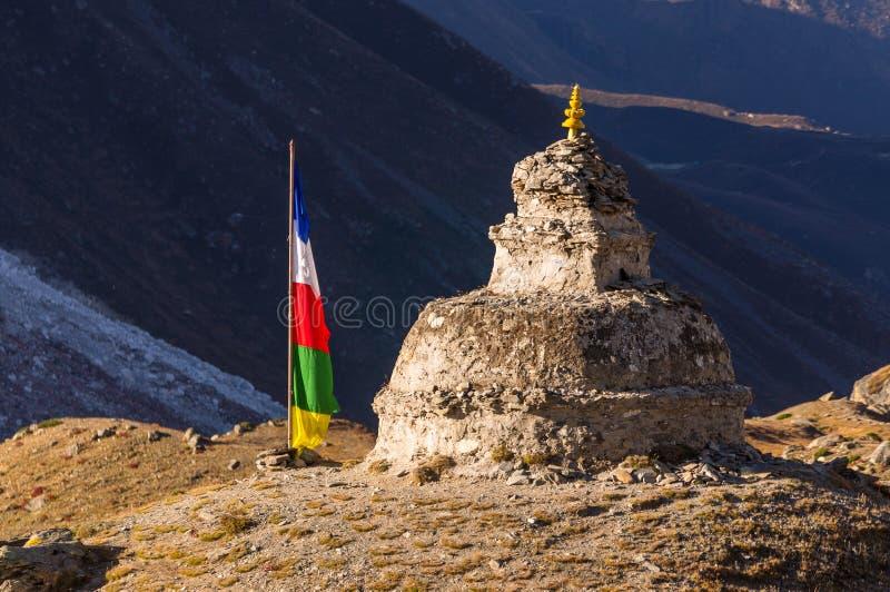 在小山的老stupa在Dingboche村庄,珠穆琅玛地区,尼泊尔 免版税库存图片
