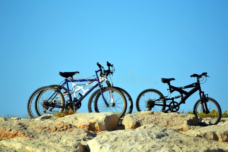 在小山的自行车 免版税库存照片