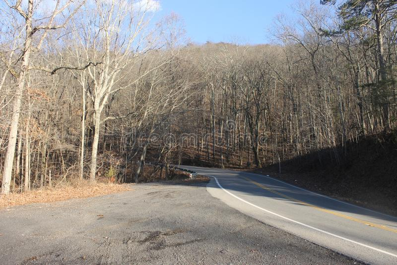 在小山的路有山景 免版税图库摄影