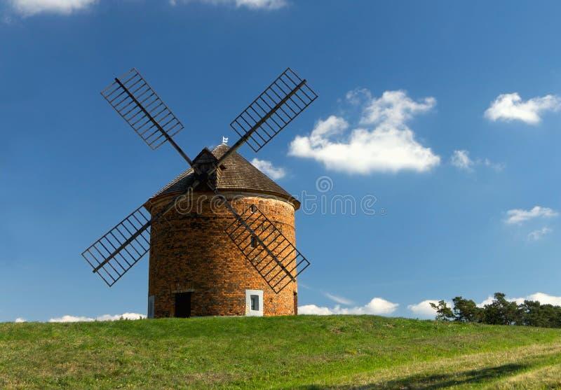 在小山的风车 免版税库存图片