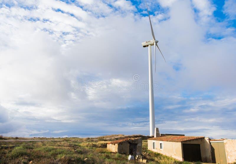 在小山的风轮机领域可再造能源来源的 库存图片