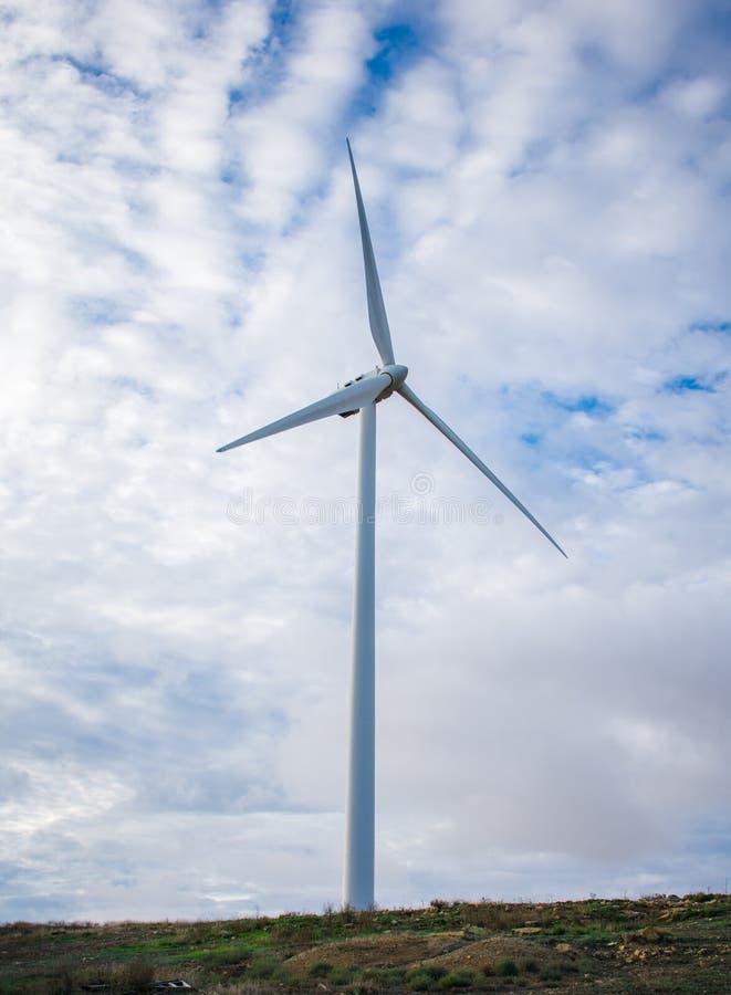 在小山的风轮机领域可再造能源来源的 库存照片