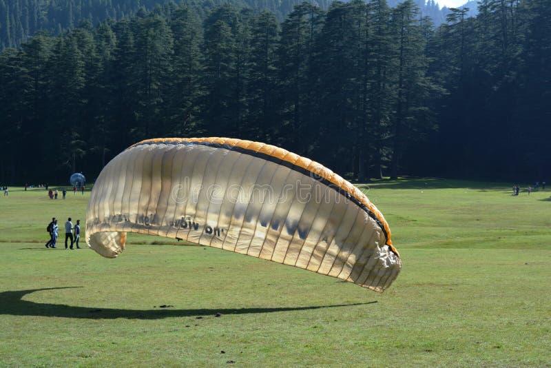 在小山的滑翔伞 免版税库存图片