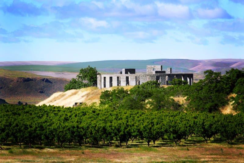 在小山的Stonehenge复制品 库存图片