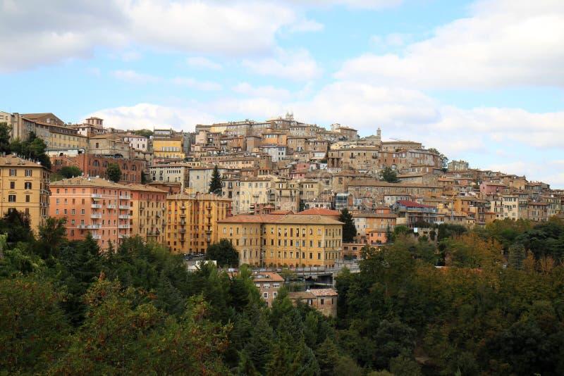 在小山顶城市佩鲁贾,翁布里亚,意大利的看法 图库摄影
