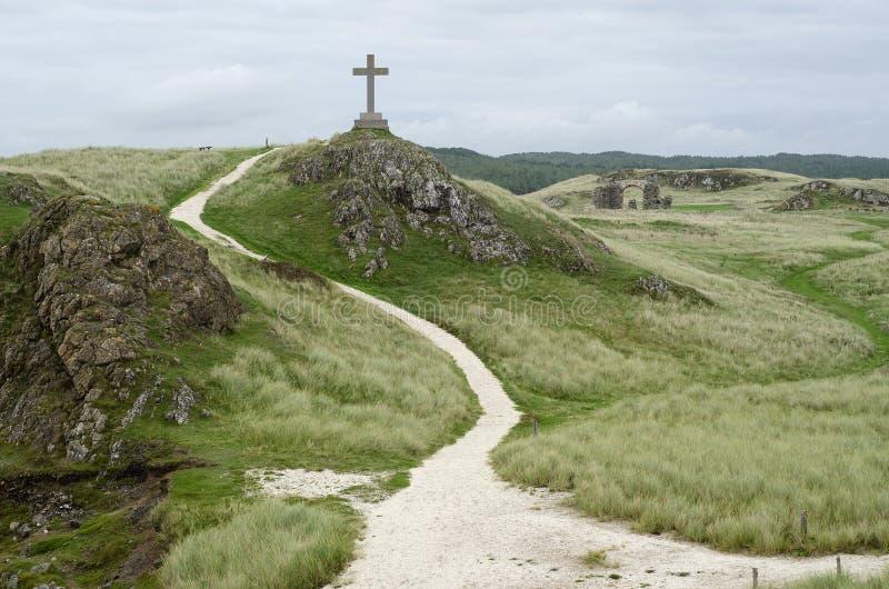 在小山顶的十字架 库存照片