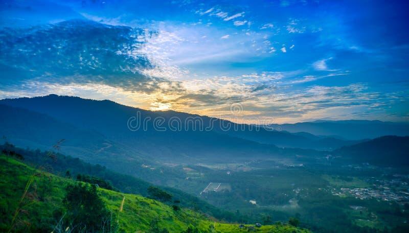 在小山顶的日出 免版税库存照片