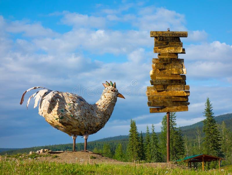 在小山顶部的一个巨型雕塑在一个历史的金矿镇在阿拉斯加 免版税库存图片