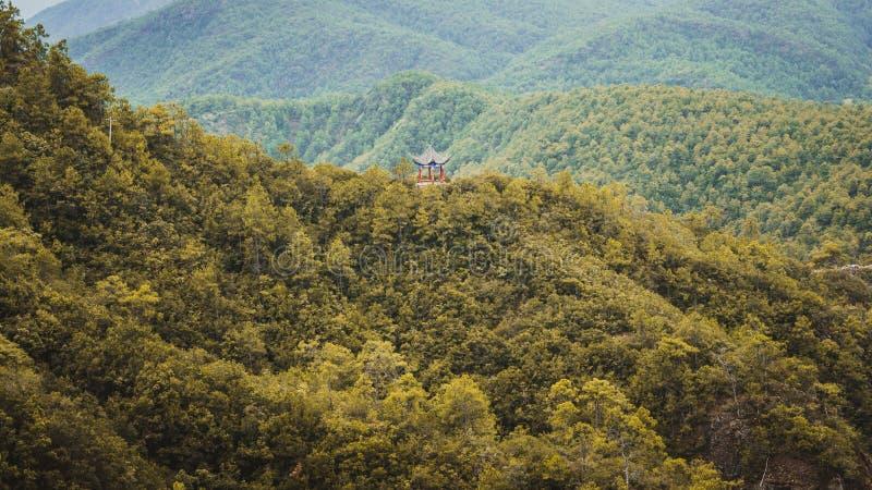 在小山顶部的传统中国亭子 免版税库存照片