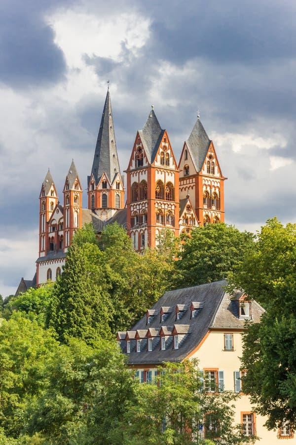 在小山顶部的历史的圣乔治大教堂在兰河畔林堡 库存照片