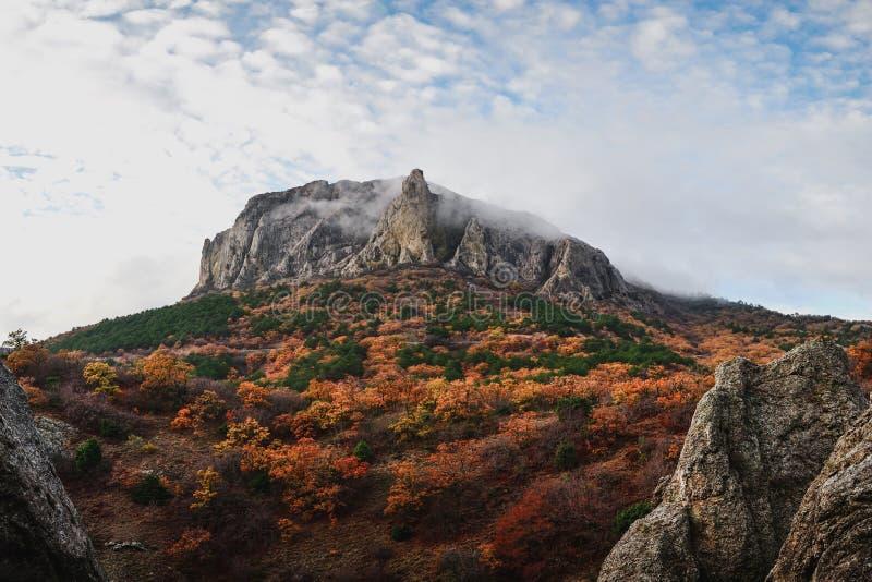 在小山顶部的巨大的岩石在秋天 库存照片