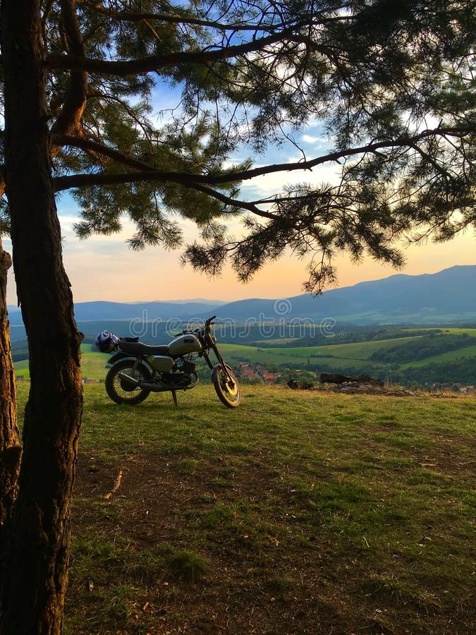 在小山顶部的摩托车 库存图片