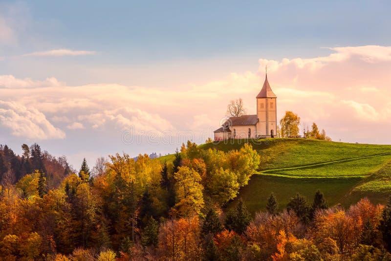 在小山顶部的教会在斯洛文尼亚乡下 库存照片