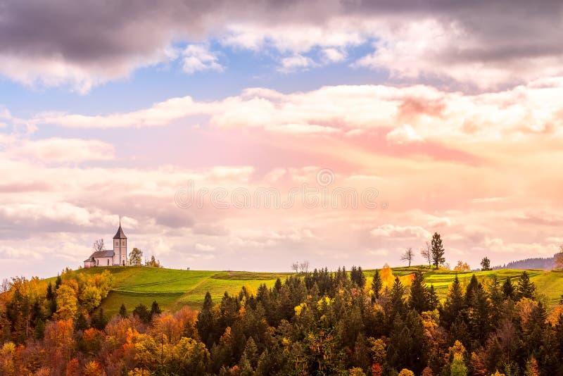 在小山顶部的教会在斯洛文尼亚乡下 免版税库存照片