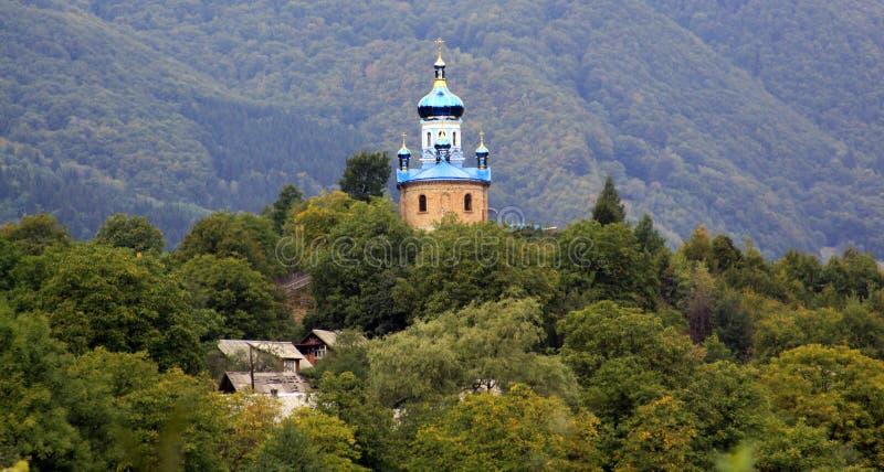 在小山顶部的教会在森林里 免版税图库摄影