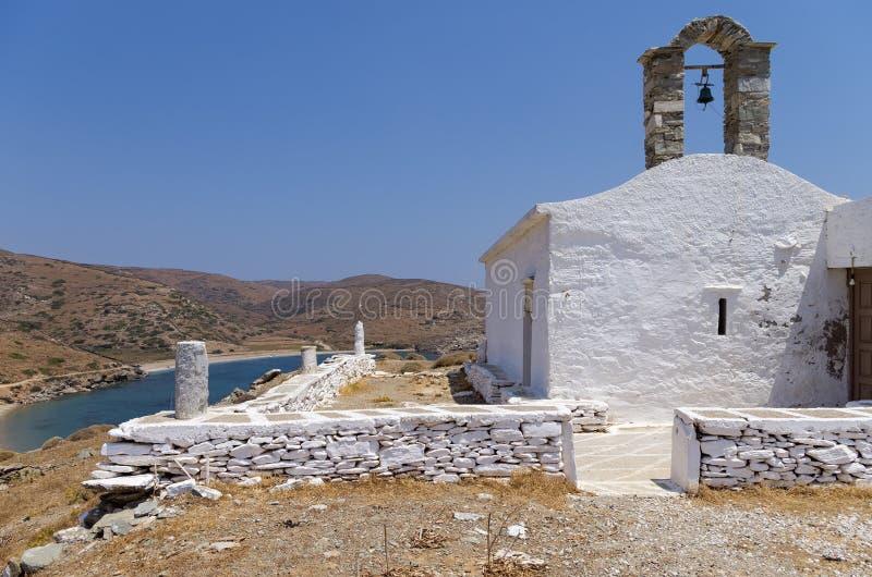 在小山顶部的教堂在基斯诺斯岛海岛,基克拉泽斯,希腊 库存照片